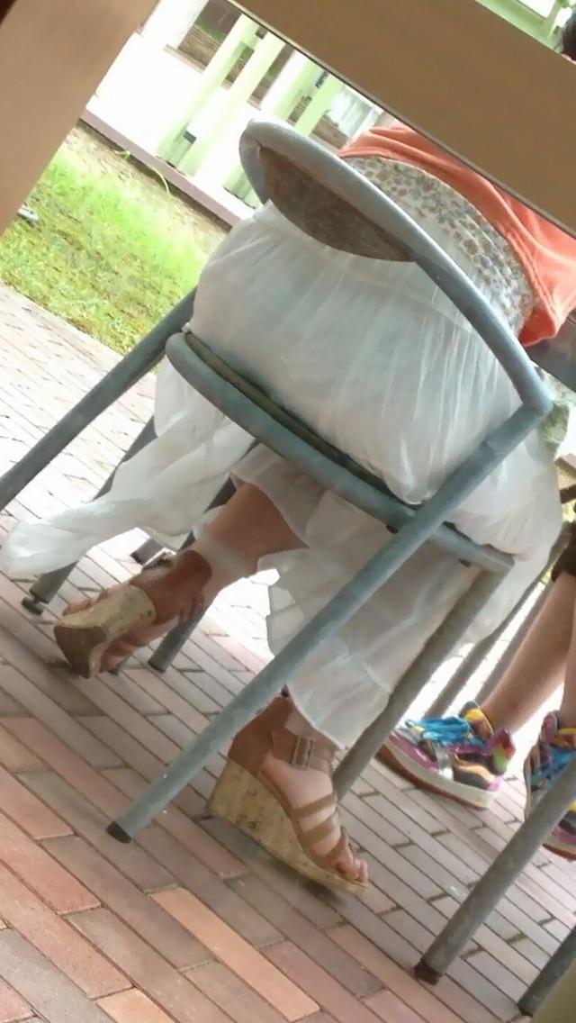 【透け下着エロ画像】見えなさそうで透けているwパンチラの手間いらずな透け下着素人www 07