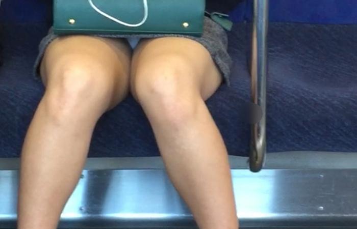 【パンチラエロ画像】電車に乗るなら忘れずにwスルー無理な対面パンチラwww 001