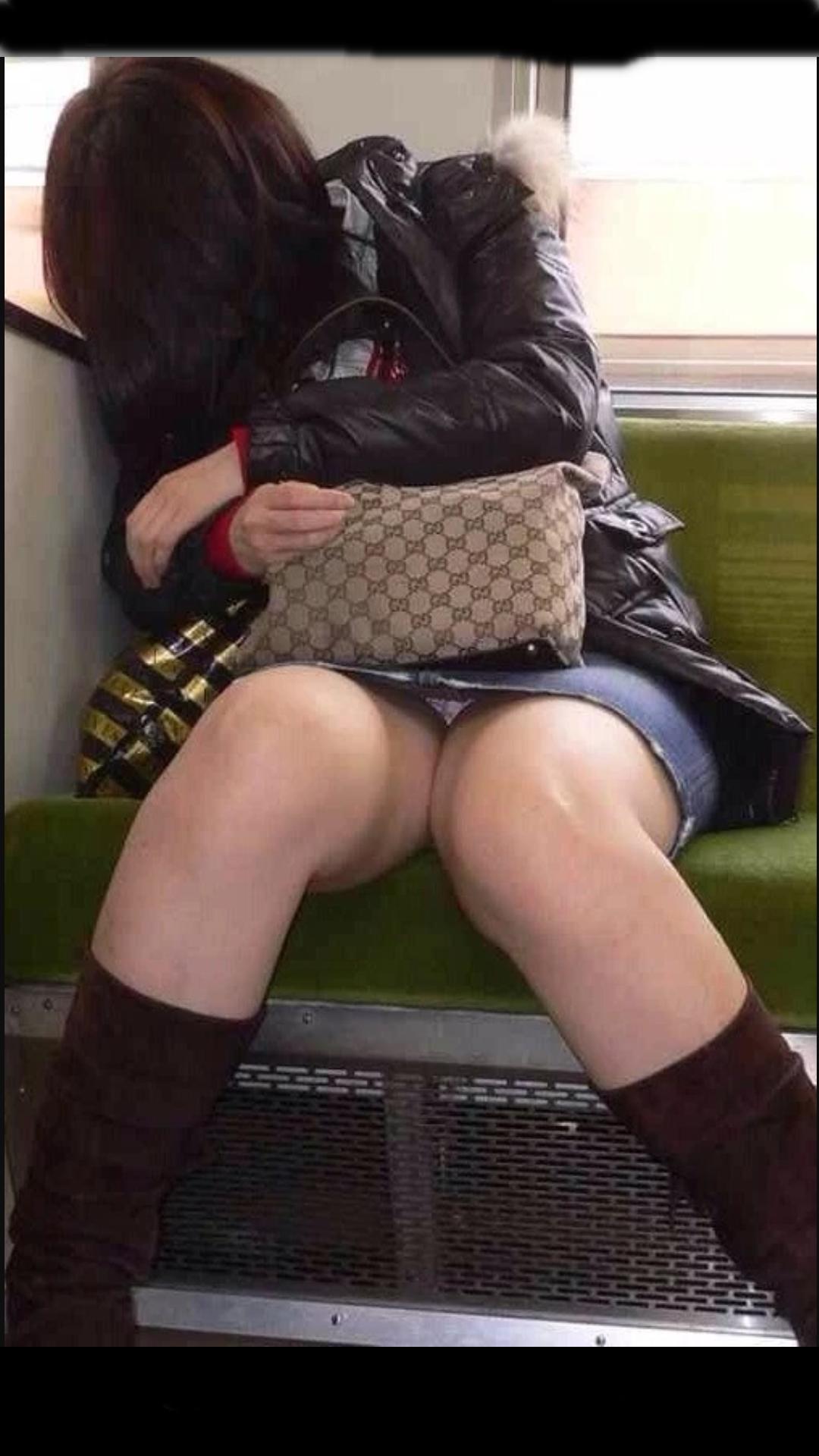 【パンチラエロ画像】電車に乗るなら忘れずにwスルー無理な対面パンチラwww 01