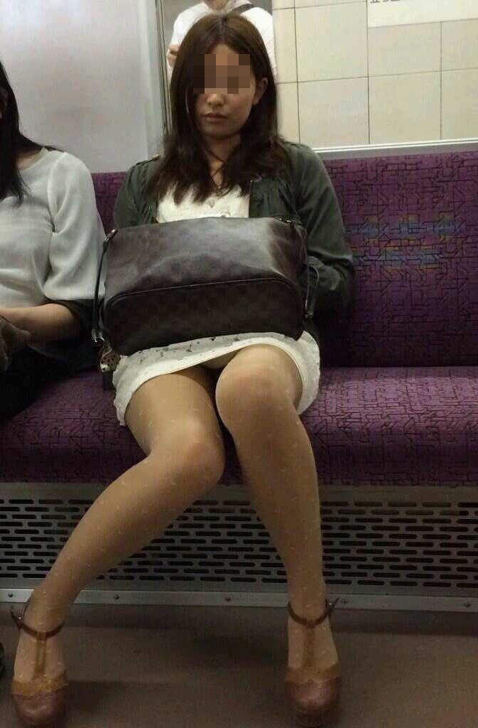 【パンチラエロ画像】電車に乗るなら忘れずにwスルー無理な対面パンチラwww 02