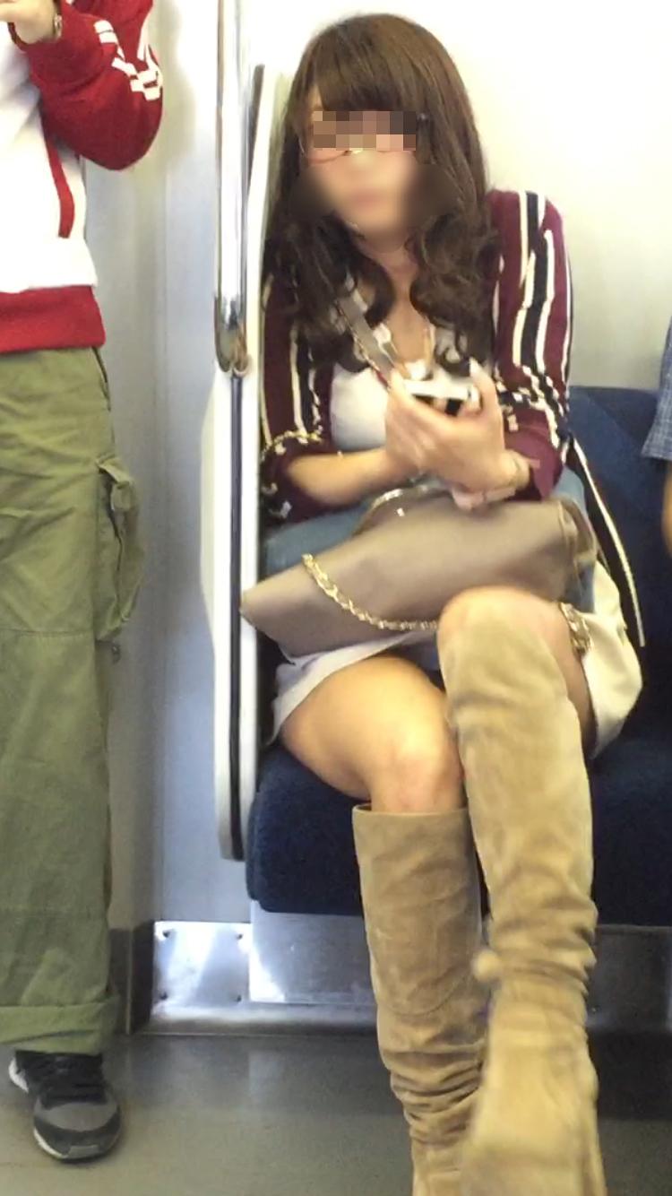 【パンチラエロ画像】電車に乗るなら忘れずにwスルー無理な対面パンチラwww 07