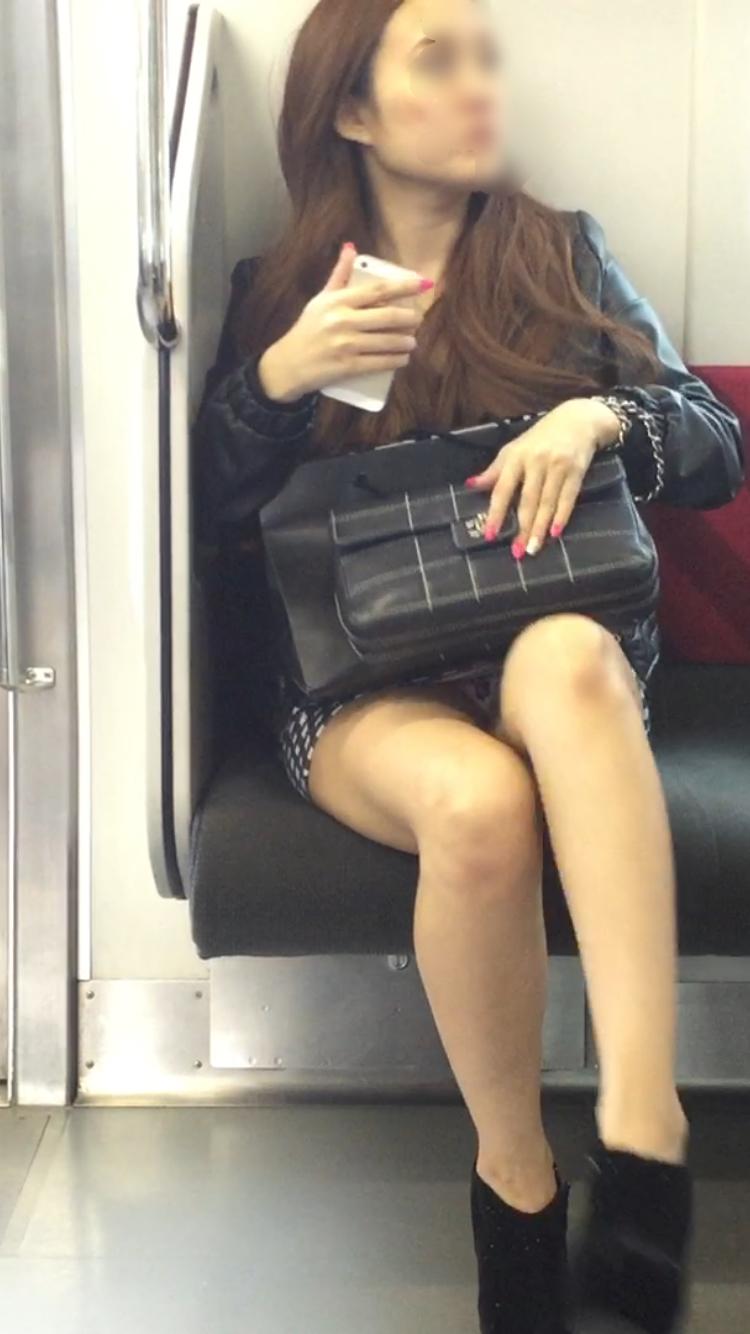 【パンチラエロ画像】電車に乗るなら忘れずにwスルー無理な対面パンチラwww 08