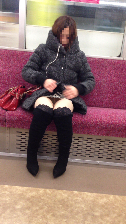 【パンチラエロ画像】電車に乗るなら忘れずにwスルー無理な対面パンチラwww 12