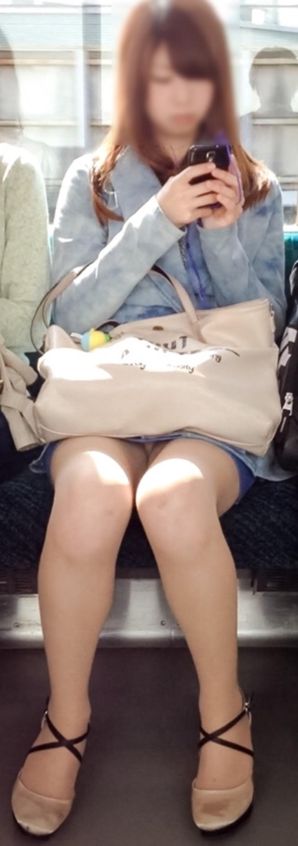 【パンチラエロ画像】電車に乗るなら忘れずにwスルー無理な対面パンチラwww 17