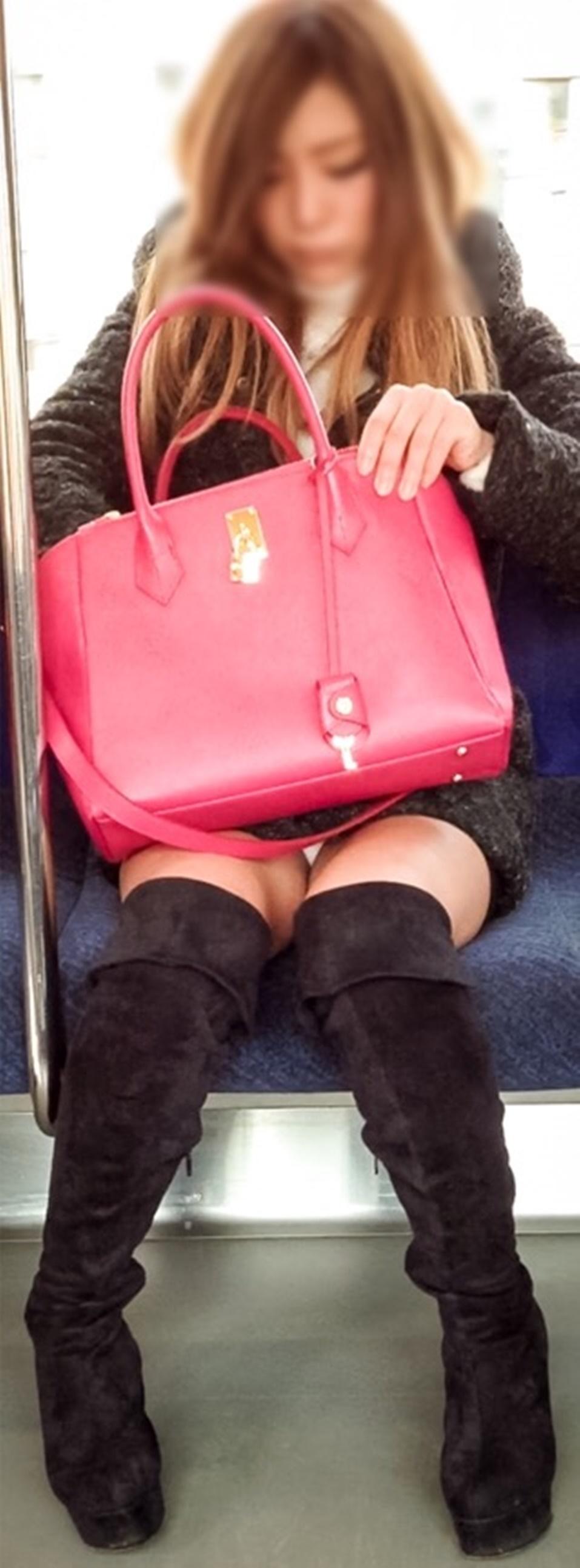 【パンチラエロ画像】電車に乗るなら忘れずにwスルー無理な対面パンチラwww 20