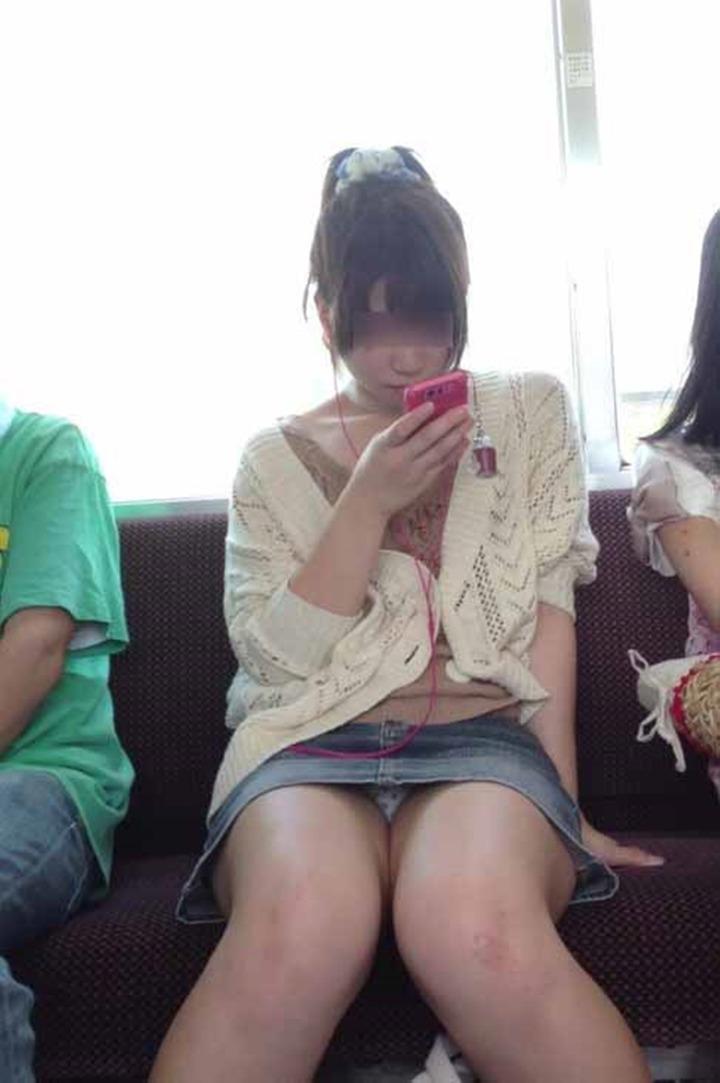 【パンチラエロ画像】電車に乗るなら忘れずにwスルー無理な対面パンチラwww 24