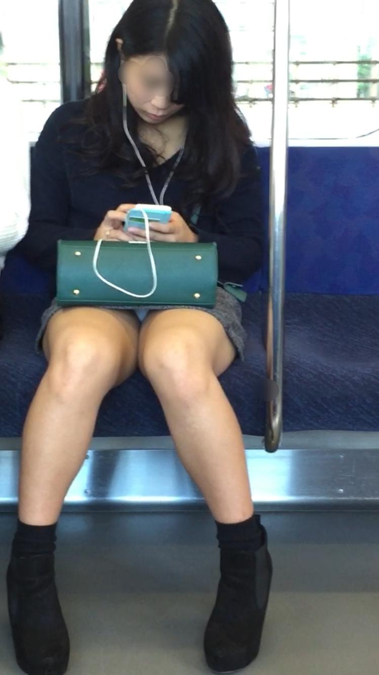 【パンチラエロ画像】電車に乗るなら忘れずにwスルー無理な対面パンチラwww 27