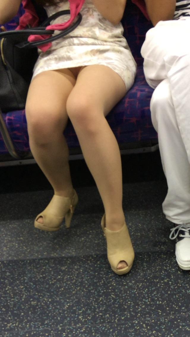 【パンチラエロ画像】電車に乗るなら忘れずにwスルー無理な対面パンチラwww 30