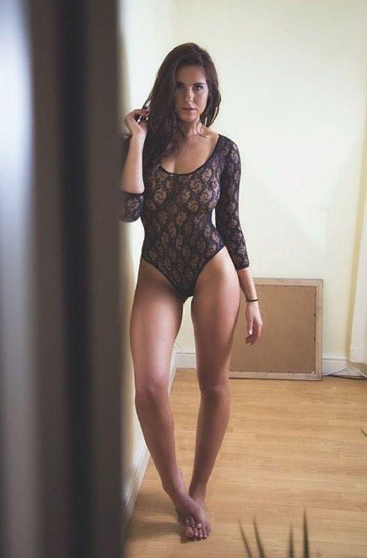 【海外エロ画像】まさか日常的に着て…!?網タイツコスがよく似合う碧眼美女www 06