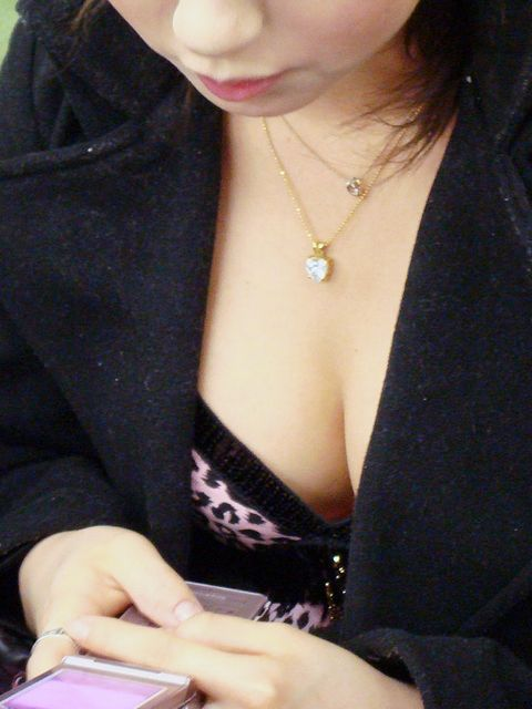 【巨乳エロ画像】全国平均Aとか嘘でしょw着衣巨乳だらけな街角観察www 13