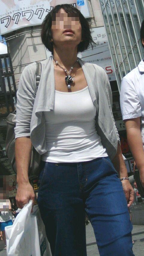 【巨乳エロ画像】全国平均Aとか嘘でしょw着衣巨乳だらけな街角観察www 30
