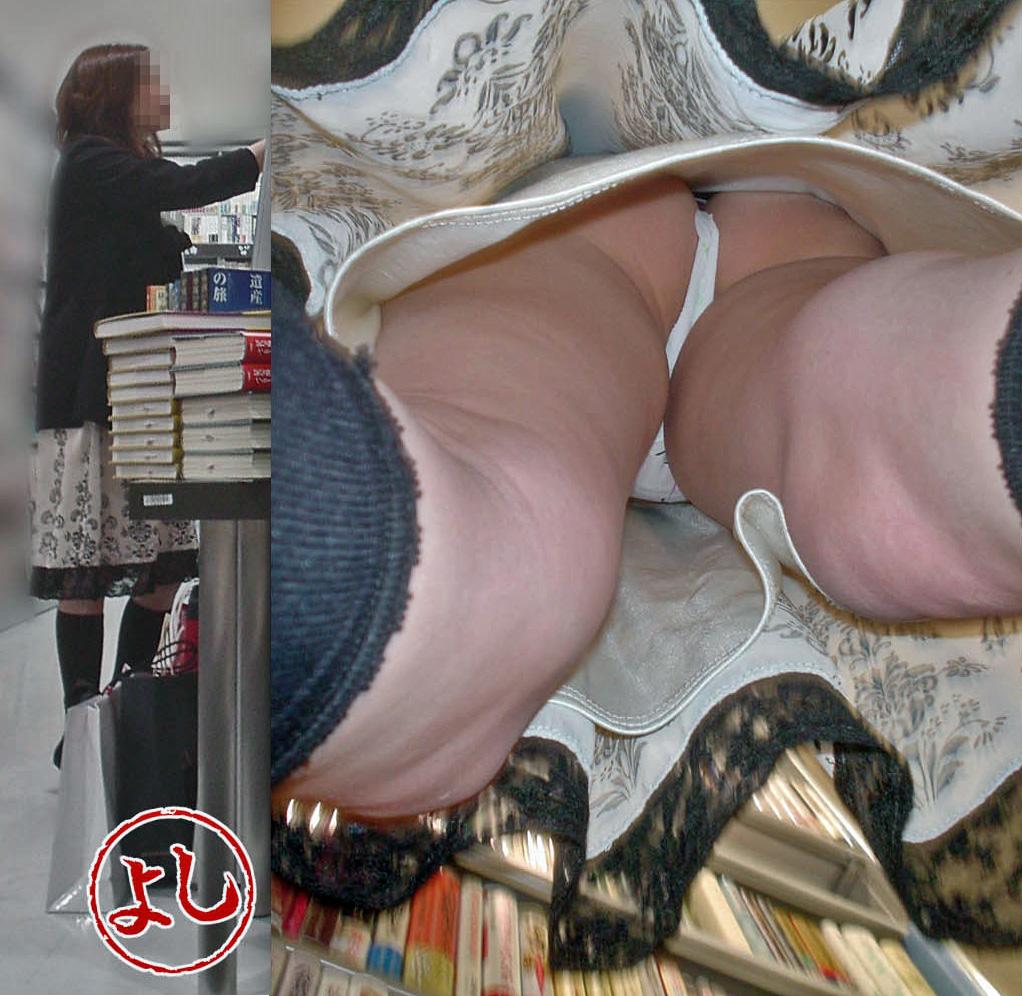 【パンチラエロ画像】ハミ毛どうにかした方が…まだ履きこなしが甘いTバック女子の逆さ撮りwww 13