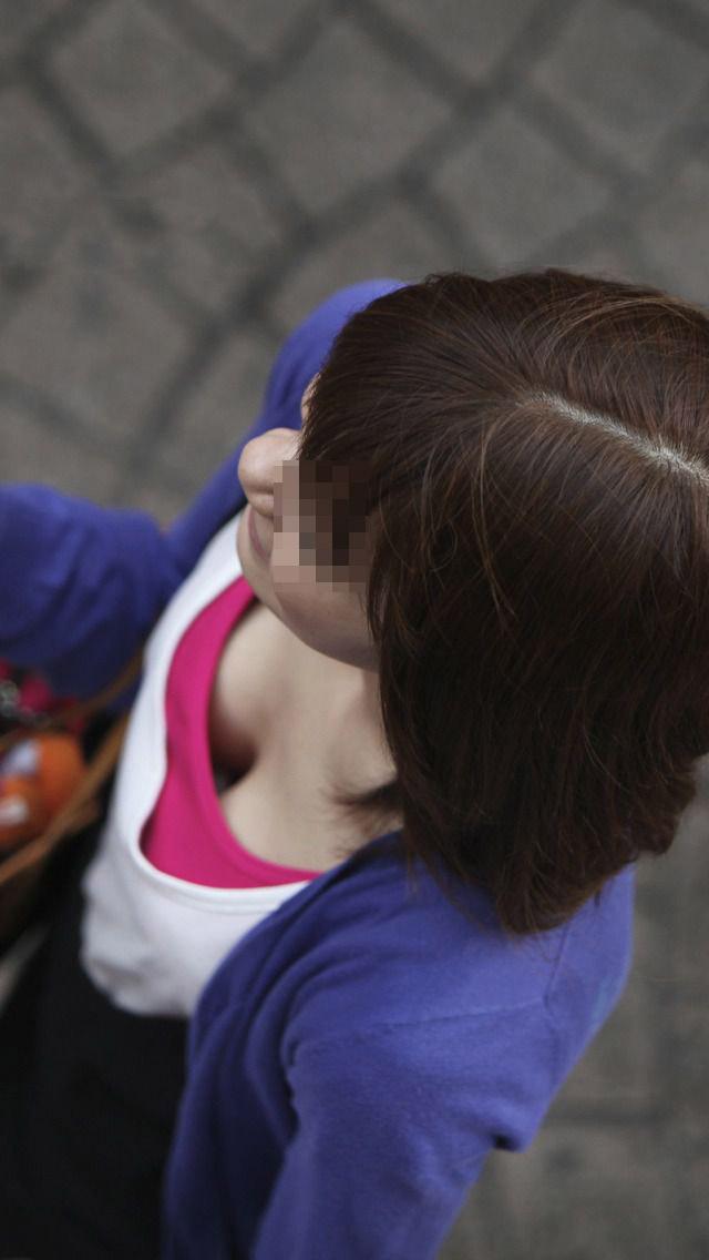 【胸チラエロ画像】女っ気出すならコレが近道w緩い服着て誘惑胸チラwww 08