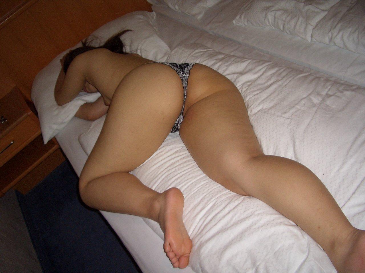 【夜這いエロ画像】起きないから裸にしちゃったw寝ている女のお尻激写www 05