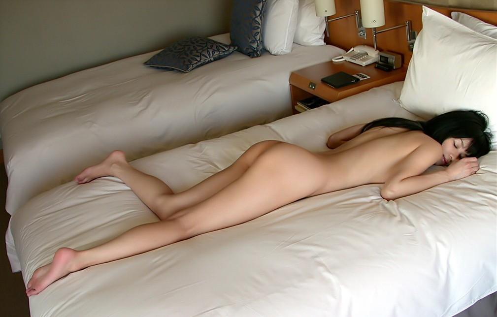 【夜這いエロ画像】起きないから裸にしちゃったw寝ている女のお尻激写www 29