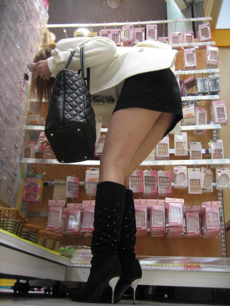 【美脚エロ画像】寒くても生脚の大人はいる!ブーツで絶対領域作った皆さんwww 01