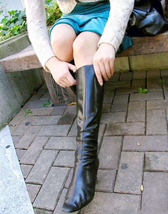 【美脚エロ画像】寒くても生脚の大人はいる!ブーツで絶対領域作った皆さんwww 02