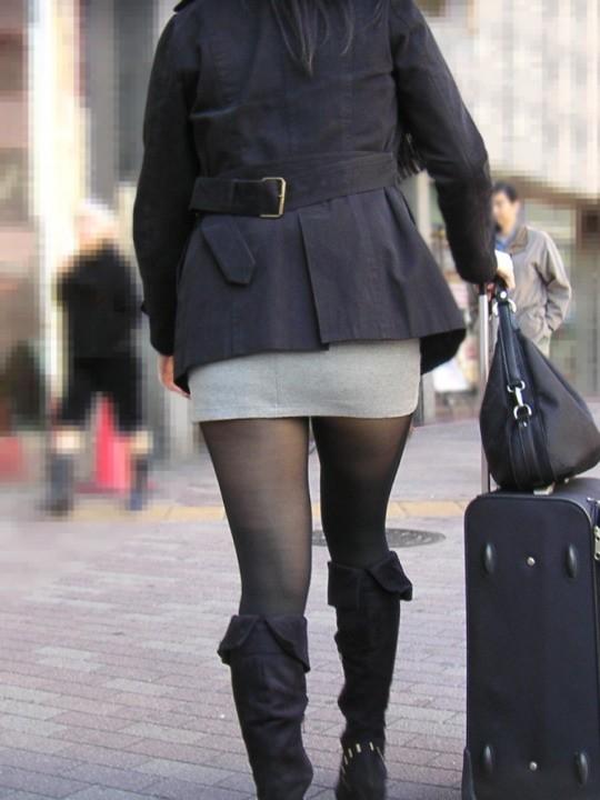 【美脚エロ画像】寒くても生脚の大人はいる!ブーツで絶対領域作った皆さんwww 03