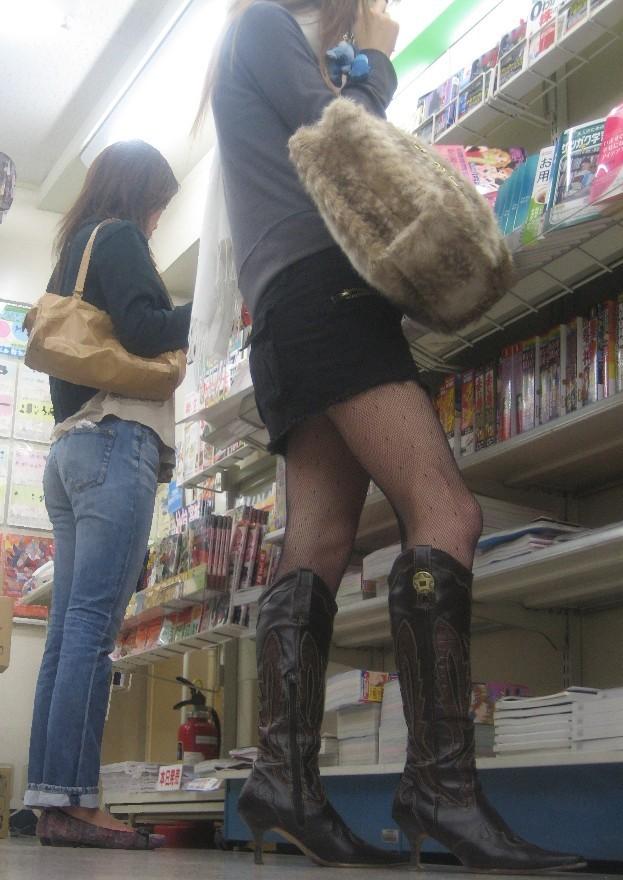 【美脚エロ画像】寒くても生脚の大人はいる!ブーツで絶対領域作った皆さんwww 21
