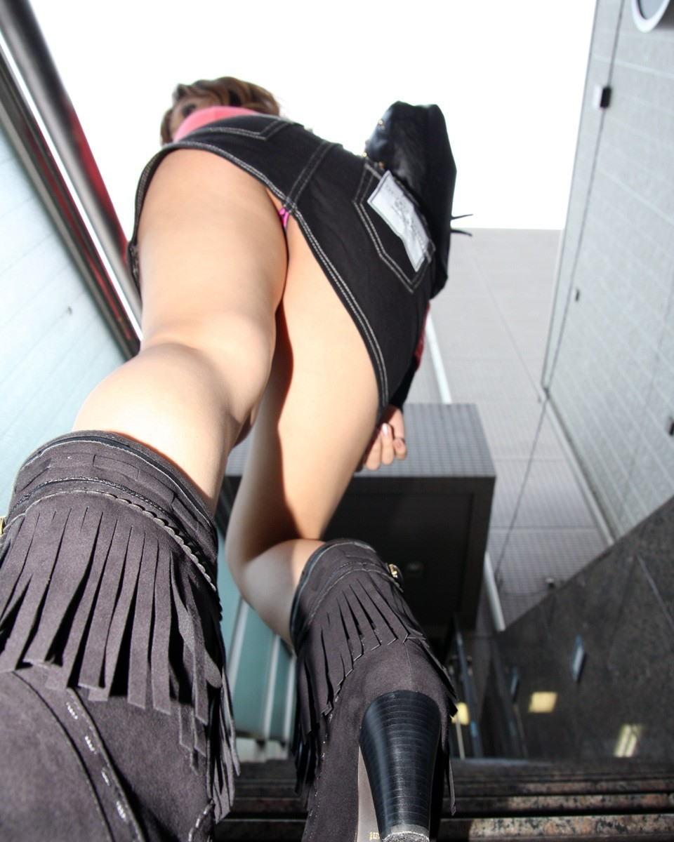 【美脚エロ画像】寒くても生脚の大人はいる!ブーツで絶対領域作った皆さんwww 28