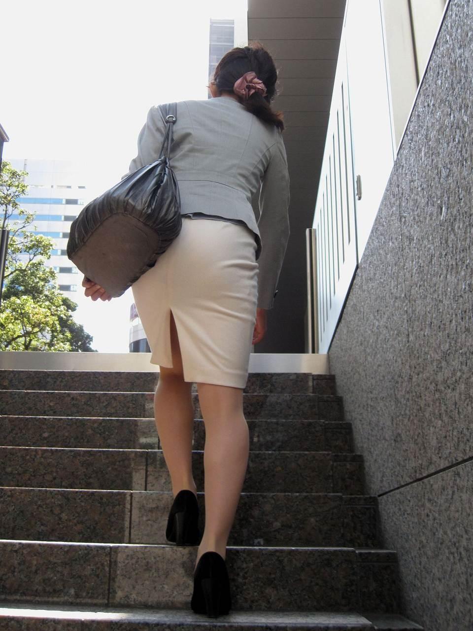 【着尻エロ画像】大きくて揺れるから注目w隠せないタイト姿の街角女尻www 17