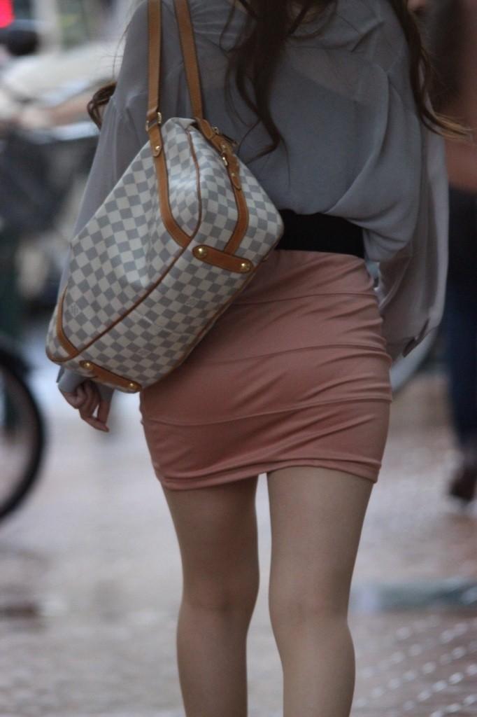 【着尻エロ画像】大きくて揺れるから注目w隠せないタイト姿の街角女尻www 25