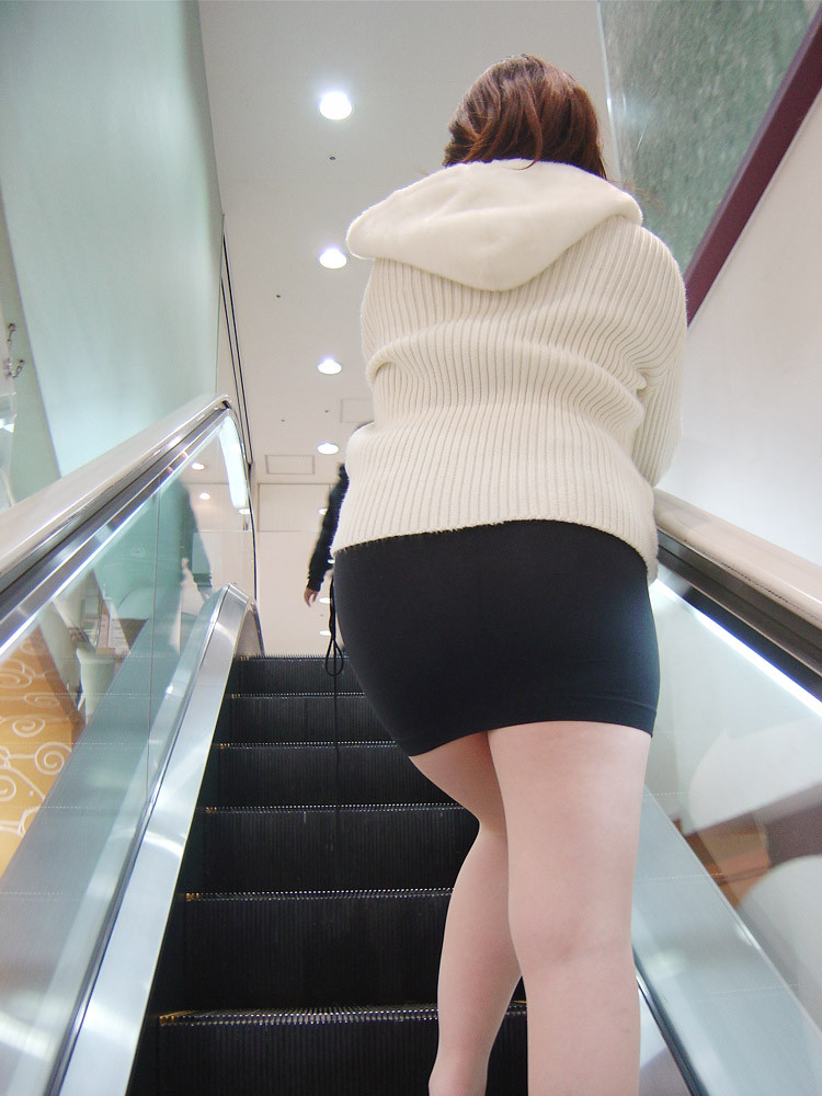 【着尻エロ画像】大きくて揺れるから注目w隠せないタイト姿の街角女尻www 30