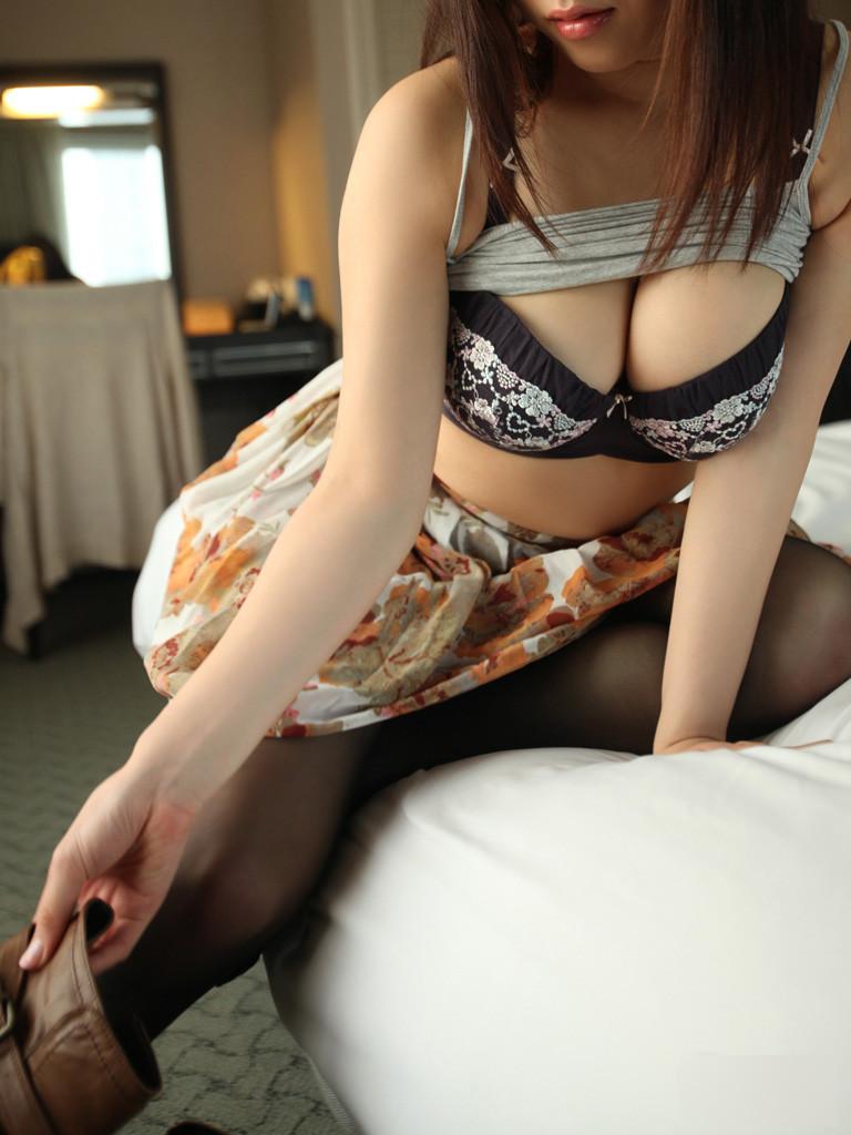 【巨乳エロ画像】脱がす前から圧倒的!豊乳な美女の極上谷間の誘惑www 09