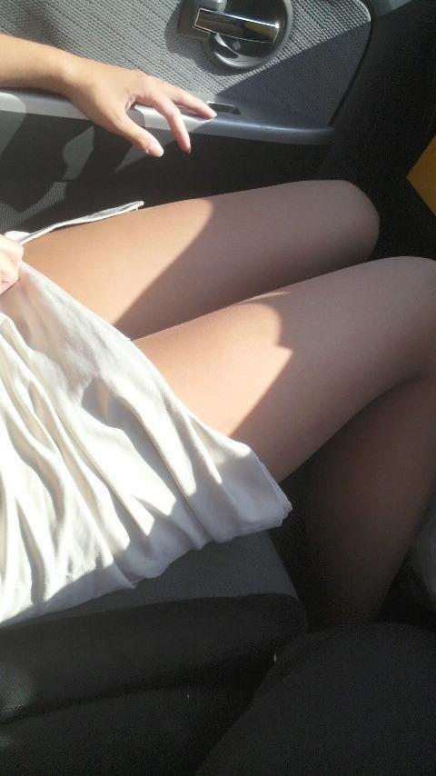 【美脚エロ画像】女の子とドライブするなら是非ミニで!助手席のムッチリ太もも鑑賞www 02