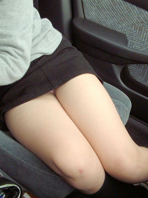 【美脚エロ画像】女の子とドライブするなら是非ミニで!助手席のムッチリ太もも鑑賞www 07