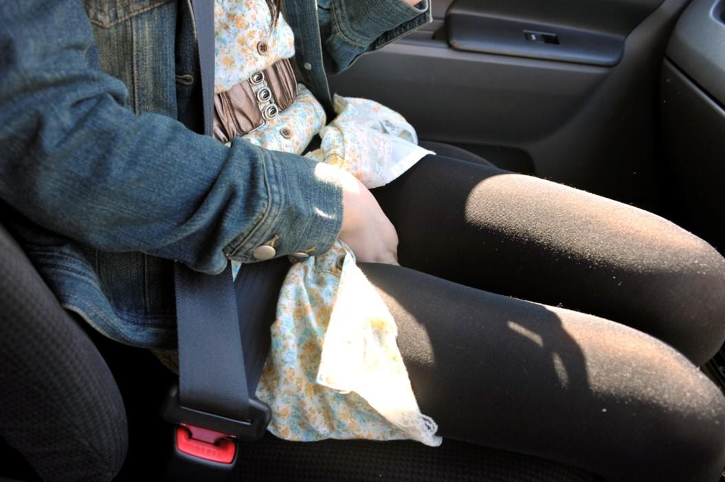 【美脚エロ画像】女の子とドライブするなら是非ミニで!助手席のムッチリ太もも鑑賞www 19
