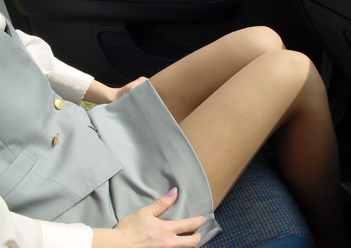 【美脚エロ画像】女の子とドライブするなら是非ミニで!助手席のムッチリ太もも鑑賞www 23