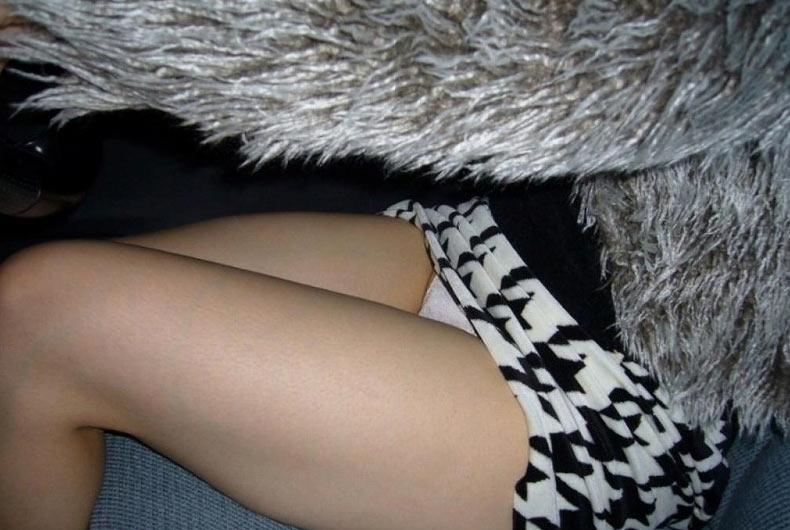【美脚エロ画像】女の子とドライブするなら是非ミニで!助手席のムッチリ太もも鑑賞www 27