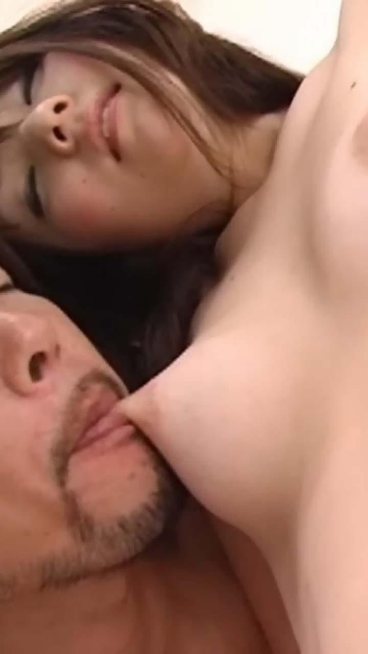 【乳首エロ画像】触れたら吸うのに夢中w止められないおっぱい吸い付きwww 01