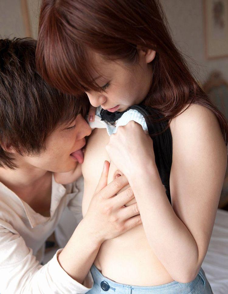 【乳首エロ画像】触れたら吸うのに夢中w止められないおっぱい吸い付きwww 13