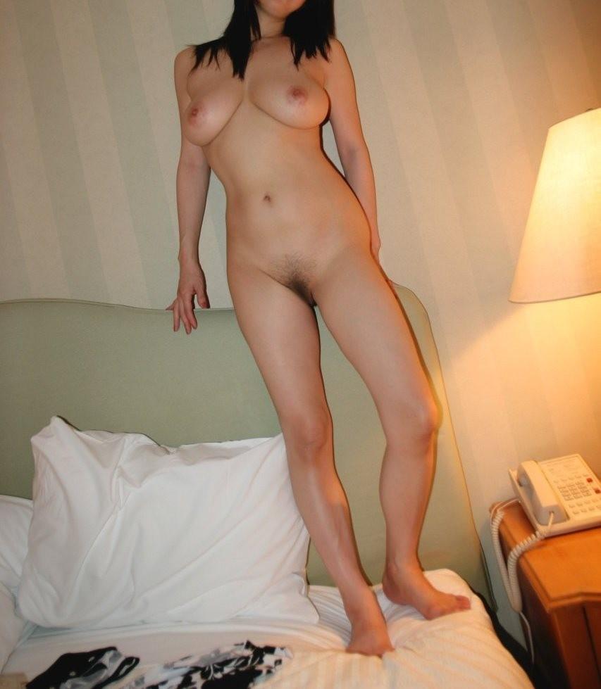 【裸体エロ画像】電気は消しません。明るい中でヤるしかない全裸の美女www 10