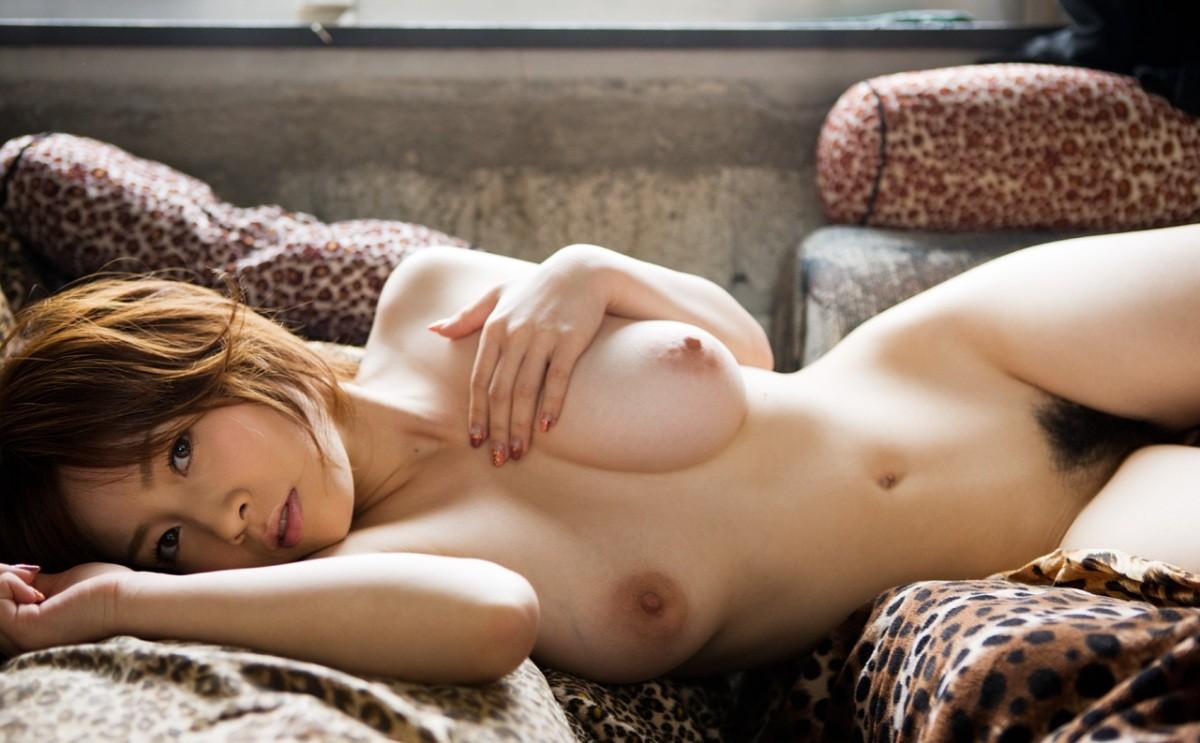 【裸体エロ画像】電気は消しません。明るい中でヤるしかない全裸の美女www 13