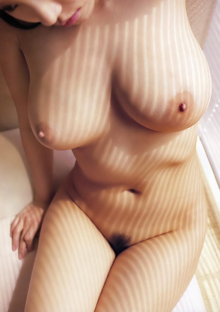 【裸体エロ画像】電気は消しません。明るい中でヤるしかない全裸の美女www 15