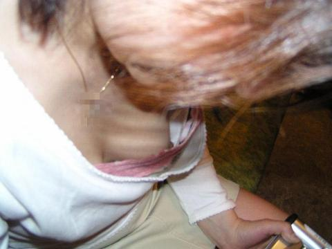 【胸チラエロ画像】ノーブラでなくとも隙だらけな胸元緩んで乳首チラリwww 12
