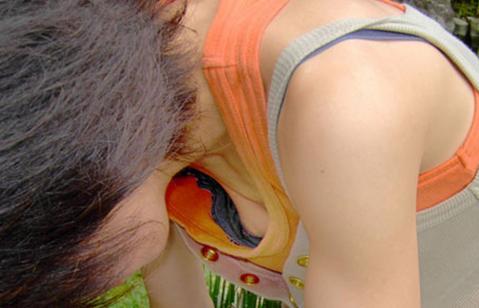 【胸チラエロ画像】ノーブラでなくとも隙だらけな胸元緩んで乳首チラリwww 13