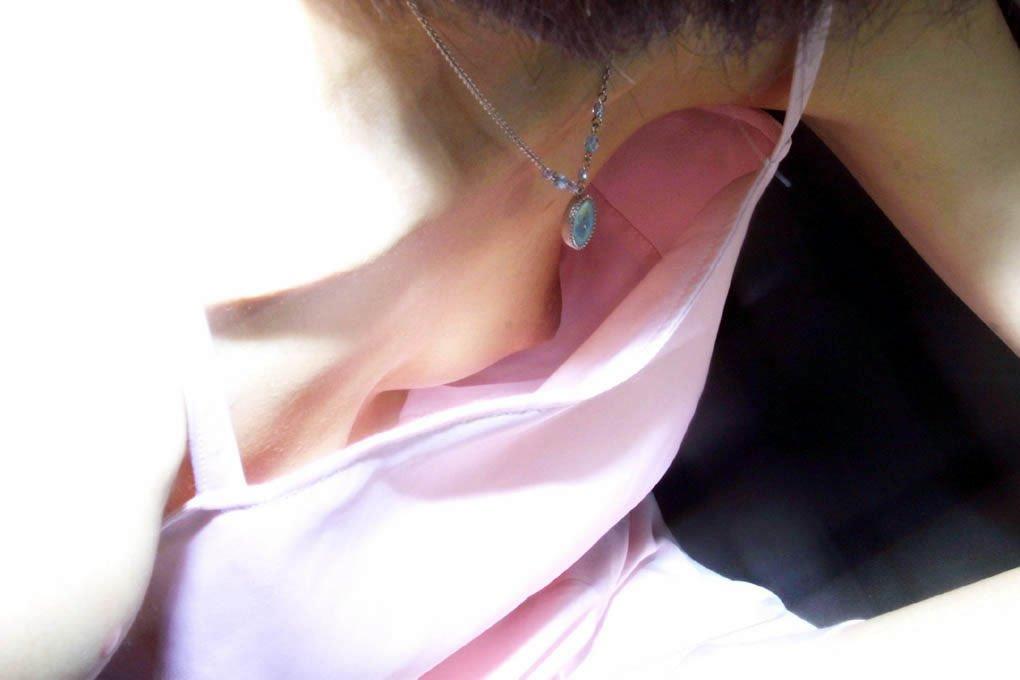 【胸チラエロ画像】ノーブラでなくとも隙だらけな胸元緩んで乳首チラリwww 21