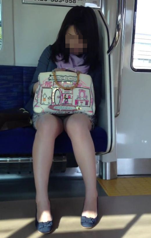 【パンチラエロ画像】眺めたいから座りたいw降りるまで凝視の電車対面チラwww 06