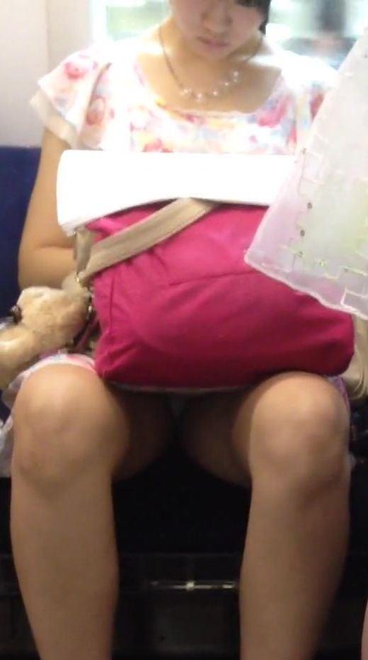 【パンチラエロ画像】眺めたいから座りたいw降りるまで凝視の電車対面チラwww 07