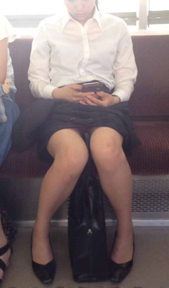 【パンチラエロ画像】眺めたいから座りたいw降りるまで凝視の電車対面チラwww 13