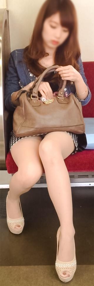 【パンチラエロ画像】眺めたいから座りたいw降りるまで凝視の電車対面チラwww 14