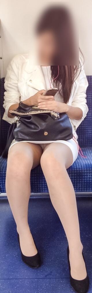 【パンチラエロ画像】眺めたいから座りたいw降りるまで凝視の電車対面チラwww 17