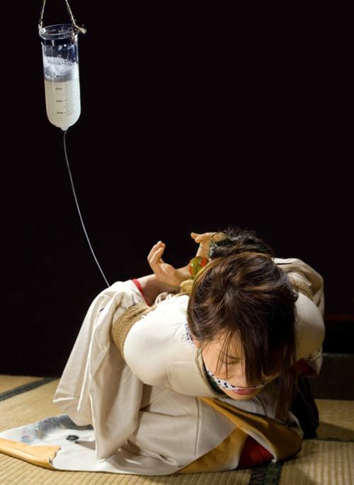 【SMエロ画像】冷たい液体はこの時期勘弁w容赦なき大量浣腸のお仕置きwww 22