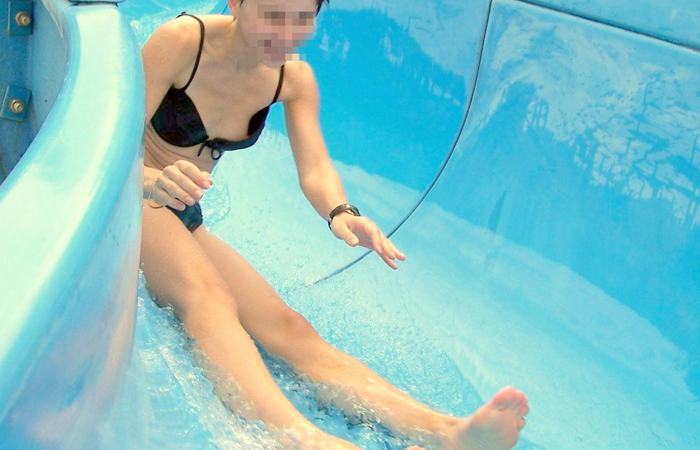 【水着エロ画像】ビキニ女子にはいつも期待するw外れて乳首がポロった瞬間www 001