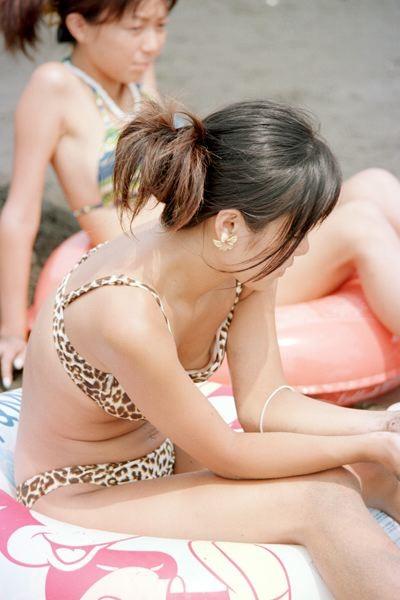 【水着エロ画像】ビキニ女子にはいつも期待するw外れて乳首がポロった瞬間www 06