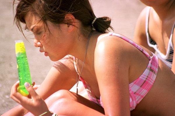 【水着エロ画像】ビキニ女子にはいつも期待するw外れて乳首がポロった瞬間www 07